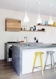 Minimaliste, cette cuisine respire la modernité avec son grand plan de travail bétonné.