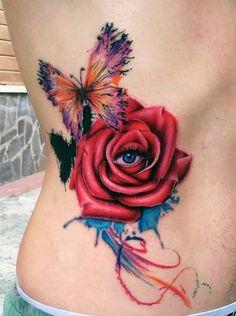tatuaże damskie róża i motyl na boku