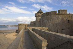 Region Bretagne, die Côte d'Emeraude, Saint-Malo. Dieser Badeort mit vielfältigem Kulturerbe wird Sie bestimmt begeistern: Die Kathedrale Saint-Vincent, das Herzogsschloss, die ehemaligen Stadtmauern, die Statue von Surcouf und vieles mehr wartet hier auf Ihren Besuch, Kunst des Reisens mit Bontourism®.