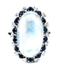 Ringweite: 53. Ringkopflänge: ca. 2,6 cm. Gewicht: ca. 11,3 g. WG 750. Eleganter Ring mit feinem, ovalem Mondsteincabochon, umrahmt von kleinen, rund...