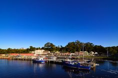 Strahan, situato a 40km a sud-ovest di Queenstown, è un sorridente paese che sorge sull'ampio e selvaggio Macquire Harbour.