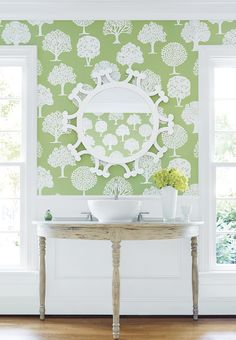 Russell Square #wallpaper in Green #thibaut