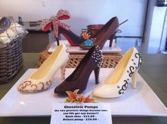The line up of chocolate pumps! Chocolate Work, Chocolate Covered Oreos, Chocolate Gifts, Chocolate Covered Strawberries, Chocolates, Strawberry Cake Pops, Chocolate Bouquet Diy, Chocolate Showpiece, Wilton Candy Melts