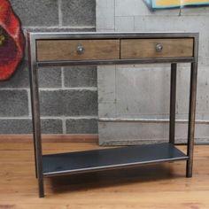 Cette console industrielle artisanale metal et bois apporte une pointe de design charmante et charnelle dans votre salon.