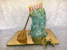 In der Märchenverfilmung Dornröschen backt die gute Fee Fauna der Prinzessin zum 16. Geburtstag eine Torte. Café & Konditorei Held in Bad Wiessee hat diese Idee aufgegriffen und in einem fabelhaften süßen Kunstwerk umgesetzt. Eine märchenhafte Geburtstagstorte ganz individuell.