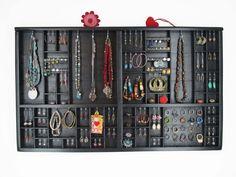 Antike Druckereisetzkasten rehabilitiert um ihre Ohrringen und mehr zu empfangen.    Mit dieser Schmuckhalterlassen sich die Schmuckstücke schnell und