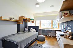 Dětský pokoj je zařízen v kombinaci bílé a šedé barvy. Vše doplňuje dřevo v přírodní podobě.