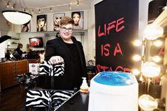 """Aarni Mikkola oli tällä viikolla päivätöissä Make Up Forever -liikkeessä Kalliossa. """"Teen meikkausta ja maskeerausta pääasiassa artistien, musiikkivideoiden, muodin ja teatterin parissa"""", Mikkola sanoo."""
