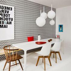 moderne-essecke-mit-mustertapete-und-hol-moderne Esszimmer