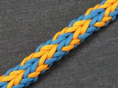 Atlatl Bar Paracord Bracelet Tutorial by Paracord 101 An atlatl is a tool that uses leverage to achieve greater velocity and mechanical advantage in spear-th.(How To Make Bracelets Tutorials) Paracord Braids, Paracord Bracelets, String Bracelets, Loom Bracelets, Macrame Bracelets, Paracord Tutorial, Bracelet Tutorial, Macrame Tutorial, Parachute Cord Crafts