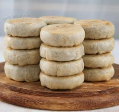 Hopia Recipe Munggo and Ube filling Hopia is yet another favorite snack of Filipinos. This Hopia recipe is made of thin flaky pastry filled with mung bean paste and Ube (purple yam) filling. Filipino Dishes, Filipino Desserts, Filipino Recipes, Philipinische Desserts, Asian Desserts, Dessert Recipes, Snack Recipes, Vegetarian Recipes, Ube Recipes