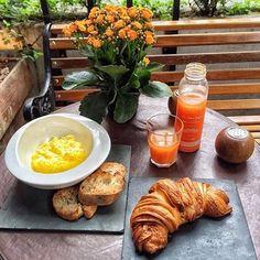 Domingãaaaaaaaaao!!! ☀️😎🍃 E com esse tempinho delícia, partiu tomar um café da manhã no @sto.pao ??? ❤️❤️❤️ Um mais gostoso que o outro, difícil de escolher, e agora?! 😱😱😱 📍Rua Padre João Manuel - São Paulo/SP #vamosaroma #stopao #brunch