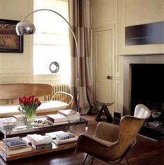 the Arco floor lamp - a classic from the 60s - adds some height to this warm vintage modern room