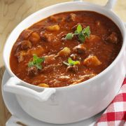 Gulaschsuppe mit Majoran Strong, tasty and justifiably popular: goulash soup Vegetable Soup Recipes, Easy Soup Recipes, Healthy Recipes, Dinner Recipes, Homemade Lasagna, Homemade Soup, Goulash Soup Recipes, Diet Food To Lose Weight, Slow Cooker Recipes