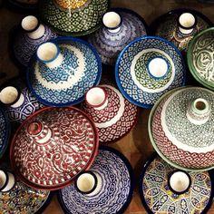 En Marruecos...otras piezas ya están listas.    Aquí se prepara tajín, ( plato típico marroquí)..