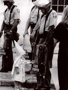 Los niños no entienden de odio. Un niño KKK y un Estado Trooper negro se encuentran, 1992