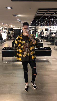 Vintage Mustard Shirt, Extended Black T-Shirt, Skinny Jeans and Converse « niubi. Edgy Fall Outfits, Winter Fashion Outfits, Mode Outfits, Grunge Outfits, Grunge Fashion, Casual Outfits, Fashion Ideas, Fashion Men, Fashion Styles