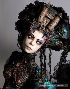 Нашла одну очень необычную мастерицу по куклам из Браттани, Франция. Зовут дарование Virginie Ropars (Вирджиния Ропарс). Девушка живёт и работает