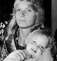 Linda McCartney and her daughter Stella, who is now a clothing designer. Paul And Linda Mccartney, Stella Mccartney, Daughters, Sons, Linda Eastman, Famous Blondes, Sir Paul, Old Photography, Boho Girl
