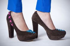 Zapatos de tacón, disponibles en café y azules.
