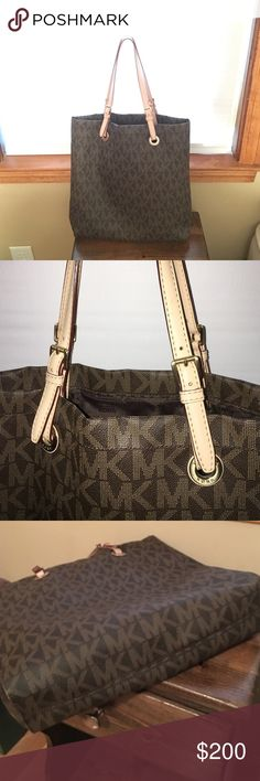 Beautiful Authentic Michael Kors Tote Bag Gently used but in EXCELLENT condition!!! Michael Kors Bags Totes