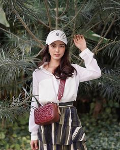 Style is a way to say who you are without having to speak🌹🌿 x Thai Fashion, Girl Fashion, Fashion Outfits, Girl Photo Poses, Girl Poses, Ulzzang Fashion, Ulzzang Girl, Instagram Pose, Instagram Fashion