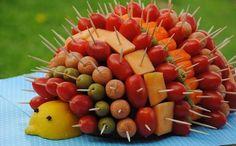 Hérisson très généreux avec ses tomates cerise - olives - saucisses - fromage et autre surimi !