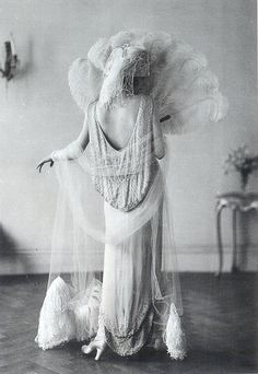 """Evening Gown by Norman Hartnell, 1924 , originally uploaded by Gatochy . """"The long, white evening gown by Norman Hartnell, migh. Glamour Vintage, Vintage Beauty, 1920s Glamour, Vintage Bridal, Belle Epoque, Louise Brooks, Madeleine Vionnet, Jazz Age, Estilo Gatsby"""