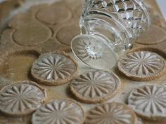 Foto: What a splendid idea! A super easy way to turn your baked biscuits into something special...what vintage glasses do you have stashed a...