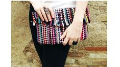 """DIY: colorful woven clutch from a rug. A rug like this was my """"nap"""" rug in kindergarten; wish I still had it to make this clutch! Diy Clutch, Clutch Bag, Diy Wallet, Do It Yourself Fashion, Easy Sewing Projects, Throw Rugs, Handmade Bags, Diy Clothes, Diy Fashion"""