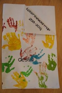 Maak voor elk kind een tekenbewaarmap. Het hele schooljaar worden hier tekeningen en schilderijen in bewaard die door het kind gemaakt zijn. Aan het eind van het schooljaar, krijgen de kinderen hun eigen tekenbewaarmap mee naar huis.