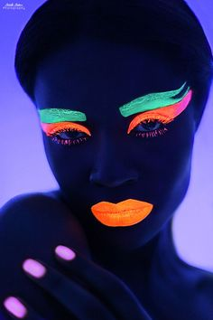 Glow-in-the-dark makeup is too cool to miss, all with a little help from some UV paint. Black Light Makeup, Dark Makeup Looks, Uv Black Light, Uv Makeup, Makeup Art, Makeup Hacks, Ideas Maquillaje Carnaval, Pintura Facial Neon, Neon Face Paint