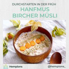 Mit diesem Frühstück startest du voller Power in den Tag. Dieses köstliche Bircher Müsli hat es in sich: - hochwertige Proteine - Omega-3 & -6 Fettsäuren - Ballaststoffe - Vitamine A, B, C, E • Was macht dich am Morgen zum Senkrechtstarter? Protein, Muesli, Omega 3, Hummus, Ethnic Recipes, Food, Low Fiber Foods, Bircher Muesli, Hemp Seeds