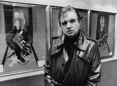 Francis Bacon davanti al suo dipinto Triptych, 1976 nella Galleria, Georges Bernard - © Hulton-Deutsch Collection/CORBIS - ©Estate of Francis Bacon / DACS, London