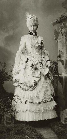 공주 Viktoria von Preussen 의 1880년대에 제작된 로코코 스타일 드레스. 실루엣이나 드레스 자락 형태는 후기 빅토리아의 것.