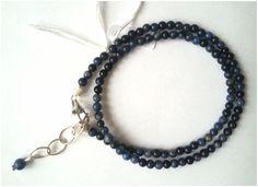 Dubbele armband in sodaliet met karabijnslotje en verlengkettinkje. Lengte = 17-21 cm