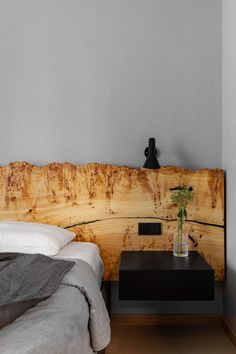 Pereți negri, mobilier din lemn și accente de orange într-un apartament din Moscova