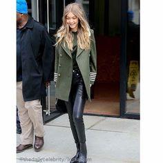 Celebrity Style | 海外セレブ最新ファッション情報 : 【ジジ・ハディッド】この日はご機嫌!オリーブ色Pコートのハンサムスタイルでお仕事へ!
