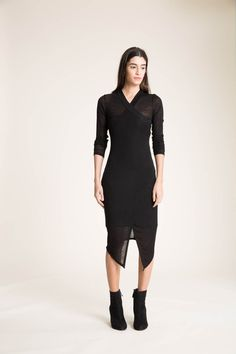 Edgy und elegant, dieses Langarm-Faux-Wrap-Kleid und seine Midi-Silhouette machen dieses zeitlose Stück für fast jede Gelegenheit geeignet. Das Kleid ist aus Trikot gefertigt und kommt mit einem...