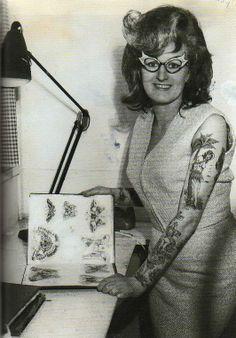 Cindy Ray (su nombre real es Bev Robinson) en su estudio en Ivanhoe, Australia, en los 60. Una de las primeras tatuadoras que se hicieron conocidas.