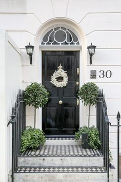 London& streets are ready for Christmas. Specifically the doors. And that& because of the Christmas wreaths in London. London Townhouse, London House, Weihnachten In London, London Decor, Christmas Door Decorations, Christmas Wreaths, Christmas Front Doors, Black Front Doors, Porche