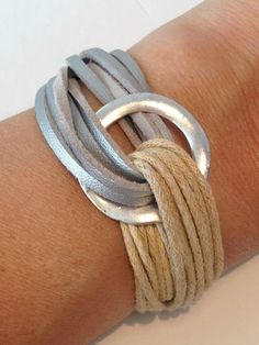 Pulsera Fusión Cuerdas y antelina, con pieza circular de Zamak. 18€ En www.mitiendadecaprichos.com: