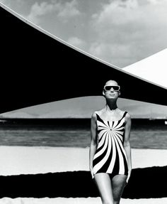 Maiô Op Art (Vouliagmeni, Greece, 1966) Fotógrafo: F.C. Gundlach Modelo: Brigitte Bauer Swimsuit by Sinz #beachwear #swimwear #vintage