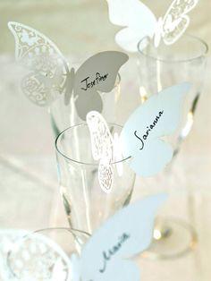 蝶々の羽に名前が書かれたキュートなネームカード