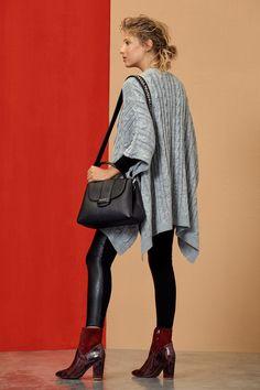 Abrigo, cartera y zapatps: en sucursales.
