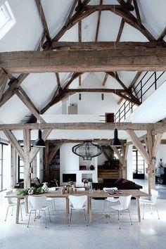 Une ancienne grange r nov e en un loft bien charpent for Renovation hangar en habitation