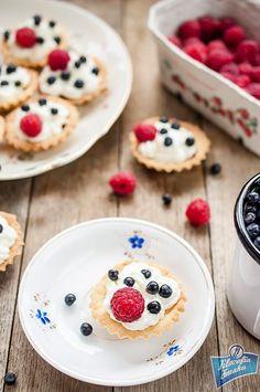 Kruche babeczki z kremem i owocami Pancakes, Breakfast, Food, Morning Coffee, Essen, Pancake, Meals, Yemek, Eten