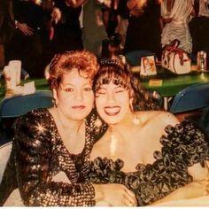 Selena & her Mom 😢😭 Selena Quintanilla Perez, Celebrity Couples, Celebrity News, Selena And Chris, Selena Selena, Selena Mexican, Jackson, Jenni Rivera, Her Music