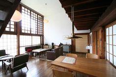居間には、リビングテーブルとダイニングテーブル、そしてコーヒーテーブルが配置されています。照明もそれぞれの空間に合わせて、形や色合いが異なっています。