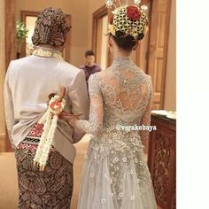 Kebaya pengantin Vera Kebaya, Batik Kebaya, Indonesian Kebaya, Indonesian Wedding, Lacey Wedding Dress, Wedding Gowns, Wedding Beauty, Dream Wedding, Wedding Stuff